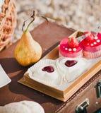 黄色梨和心形的蛋糕 免版税库存图片