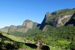 绿色森林和光滑的岩石美好的风景  图库摄影