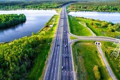 绿色森林和柏油路从上面 免版税库存照片