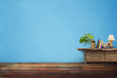 绿色植物在抽屉的瓦器花瓶木在空的蓝色葡萄酒 免版税库存照片