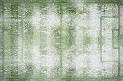 绿色橄榄球场和领域在冬天下雪 库存照片