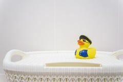 黄色橡胶海盗鸭子在卫生间里 免版税库存照片