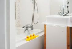 黄色橡胶鸭子在卫生间里 免版税库存图片