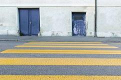 黄色步行者的被绘的斑马线 库存照片