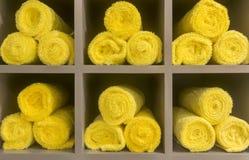 黄色毛巾 免版税库存照片