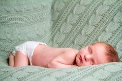 绿色毯子的新出生的婴孩 库存图片