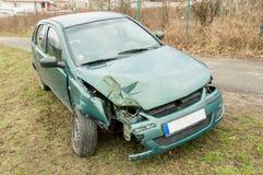 绿色汽车有一次事故 库存照片