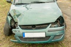 绿色汽车有一次事故 免版税图库摄影