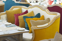 黄色沙发在有一些的一家豪华餐馆五颜六色的枕头 库存照片