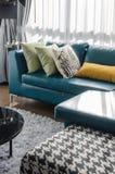 绿色沙发在现代客厅 库存照片