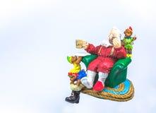绿色沙发的圣诞老人基于 库存图片