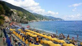黄色沙滩伞在五乡地 免版税库存图片