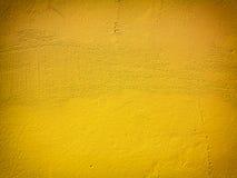 黄色油漆墙壁背景或纹理 库存图片