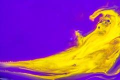 黄色油漆的抽象在紫罗兰色背景的 免版税库存照片