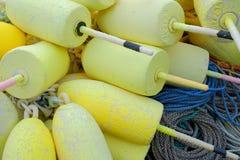 黄色泡沫龙虾漂浮在那里用于t的尼龙绳索顶部 免版税库存照片