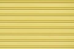 黄色波纹状的金属板幻灯片门 免版税库存照片