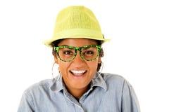 戴绿色浅顶软呢帽帽子和滑稽的眼镜的一个亚裔十几岁的女孩 免版税库存照片