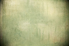 绿色浪花绘了难看的东西有铁锈斑点的被弄脏的墙壁 图库摄影