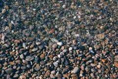 黑色海滨垫脚石 背景 免版税库存照片