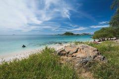 绿色海滩有蓝天的清楚的蓝色海 免版税图库摄影