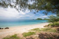 绿色海滩有蓝天的清楚的蓝色海 免版税库存照片