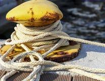 黄色海洋系船柱 库存图片