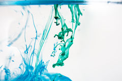 绿色液体在水中 免版税库存照片
