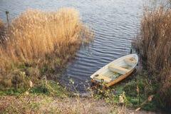 黄色渔船在一个黑暗的湖 库存图片