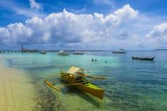 黄色渔船在海岛港口 库存照片