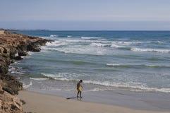 黄色游泳齿轮的十几岁的男孩冥想在晴朗的圣的 免版税库存照片