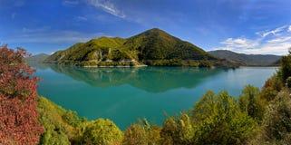 绿色湖包围与秋天树 库存图片