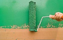绿色漆滚筒 库存图片