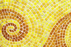 黄色漩涡样式铺磁砖了卫生间墙壁 微型正方形铺磁砖背景 库存照片