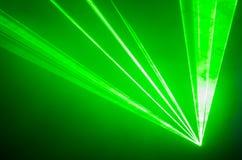 绿色激光束通过烟 免版税库存照片
