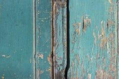 绿色灰色油漆呈杂色的木门 库存图片