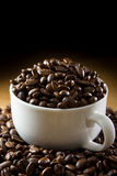 黑色烤咖啡豆 免版税库存图片