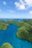 绿色热带岩石海岛,帕劳,密克罗尼西亚鸟瞰图太平洋的 免版税库存图片