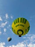 黄绿色热空气气球 库存图片