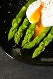 绿色煮沸的芦笋 免版税图库摄影