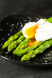 绿色煮沸的芦笋 免版税库存图片
