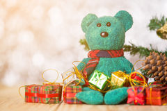 绿色熊和礼物盒在bokeh背景 库存图片