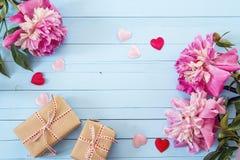 紫色牡丹和礼物盒在蓝色绘了木板条 安置文本 免版税库存图片