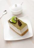 绿色猕猴桃和巧克力装饰蛋糕 免版税库存照片