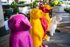 紫色玩偶在公园 免版税库存图片
