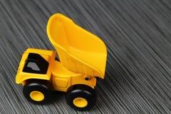 黄色玩具卡车 库存图片