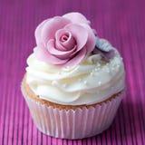 紫色玫瑰杯形蛋糕 库存图片