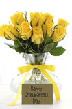 黄色玫瑰礼物为祖父母天 免版税库存图片