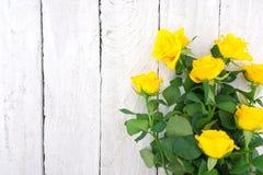 黄色玫瑰花束在土气木背景的 Valentine& x27; s 库存图片