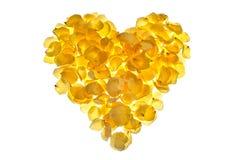 黄色玫瑰花瓣的心脏在白色背景安排了 免版税库存照片