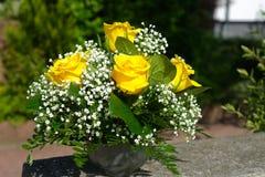 黄色玫瑰装饰的花束  免版税库存图片
